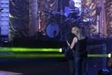 Fábio Jr. beija fã durante show e esposa do cantor assiste da plateia