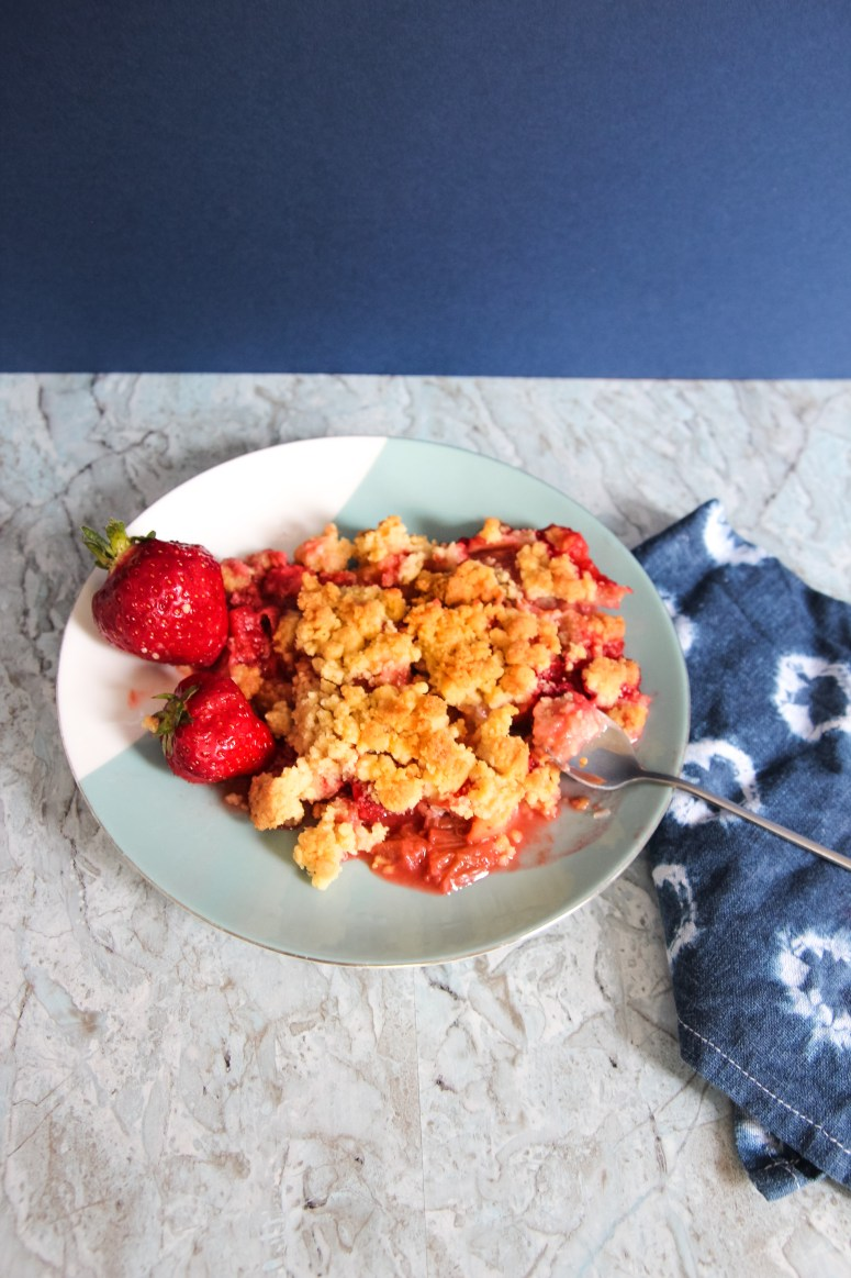 Recette crumble à la rhubarbe et à la fraise // Rhubarb and strawberry crumble recipe // Quick // Yummy // A Cardboard Dream blog