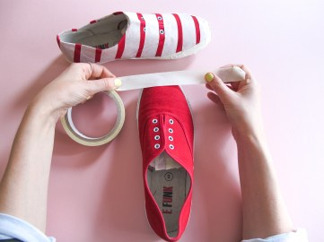 DIY // Comment réaliser des tennis rayées // How to make strippy plimsolls // A Cardboard Dream Blog