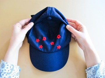 DIY Comment broder une casquette fleurie // How to : Floral embroidery baseball cap // A Cardboard Dream blog