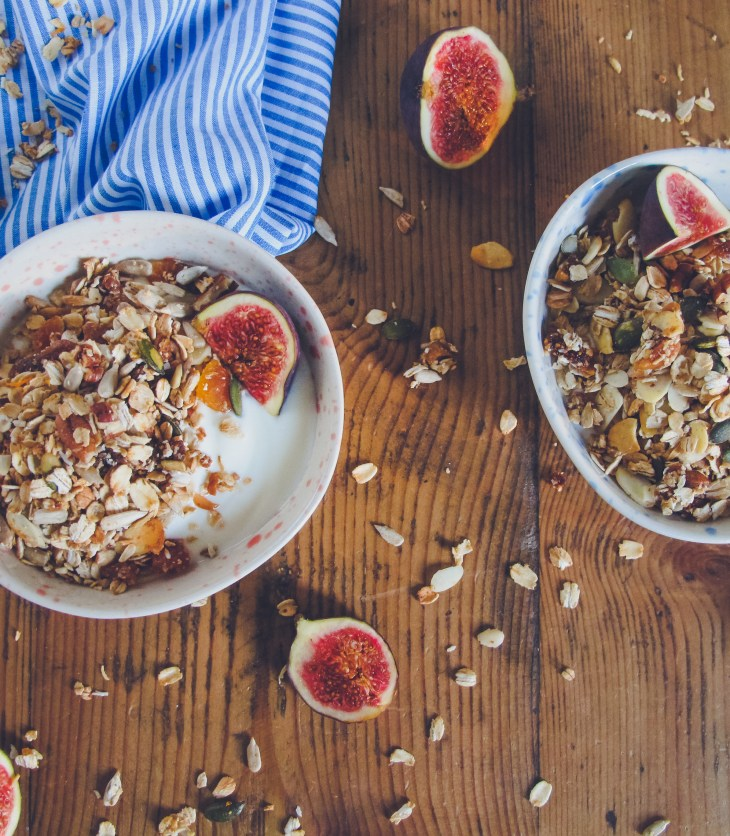 Recette // Comment réaliser un granola maison aux figues et abricots // Recipe - How to make an homemade fig apricot granola // A Cardboard Dream blog