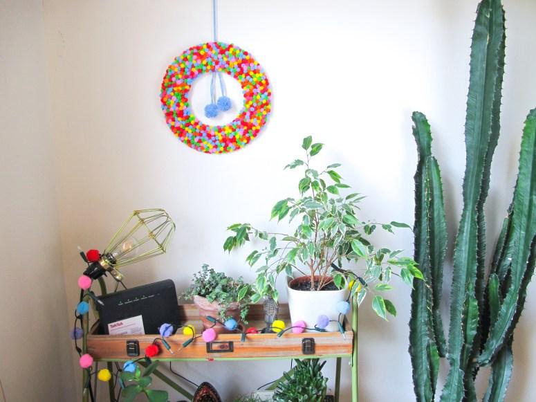 DIY // Comment réaliser une couronne de Noël à mini pompons // Christmas wreath mini pom pom // A Cardboard Dream blog