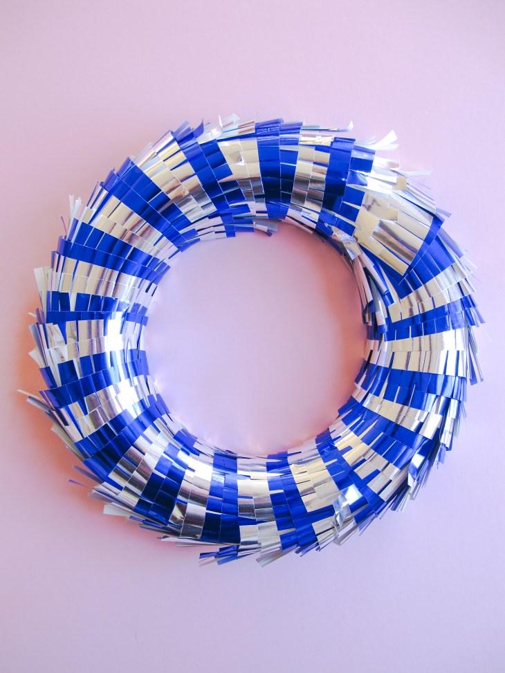 DIY // Comment réaliser une couronne de Noël piñata // How to make a pinata christmas wreath // A Cardboard Dream blog