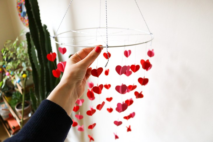 DIY // La suspension de l'amour // Valentines paper chandelier // A Cardboard Dream blog
