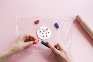 DIY // Réaliser une suspension en pâte polymère DAS façon terrazzo // How to make a terrazzo mobile with DAS paste // A Cardboard Dream blog