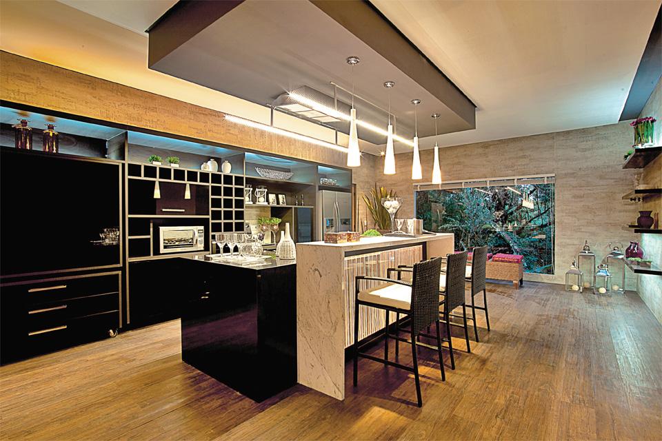 Sala e cozinha integradas pelo mesmo piso  A CASA DAS GURIAS