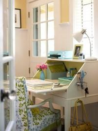 Idee per la zona ufficio - in poco spazio si può ricavare una postazione semplice ed efficace. E quando non si usa lo scrittorio si chiude