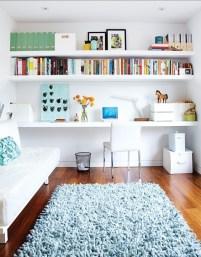Idee per la zona ufficio - tre semplici mensole e una sedia comoda, a volte basta poco per creare ciò di cui abbiamo bisogno
