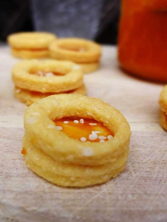 Kekse mit Käse und Marillenmarmelade