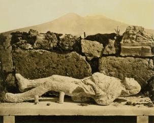 Fratelli Amodio (attivi tra il 1860-1870), Pompei, empreinte humaine un esclave, fouilles 1863 (Pompeii, human imprint, a slave, 1863 excavations), ca. 1873. Albumen silver print, 20.3 x 25.4 cm (8 x 10in.).