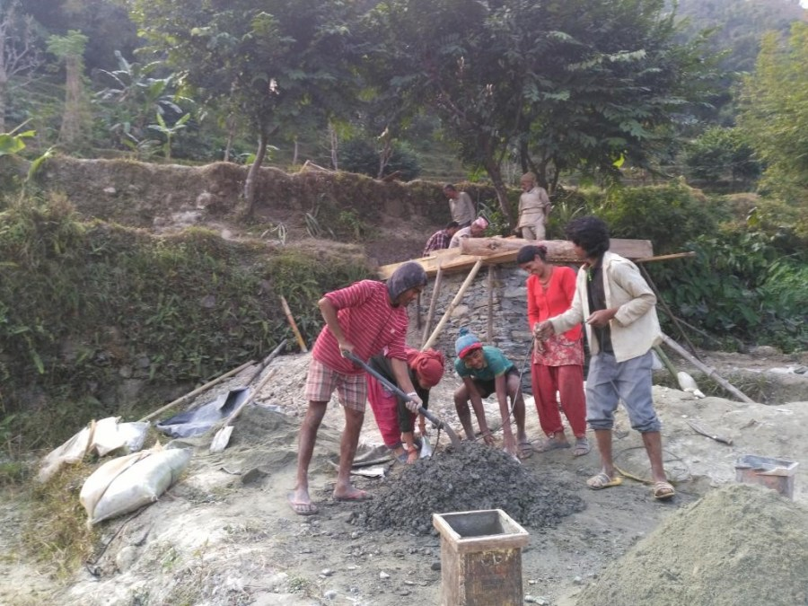 Participation of the local community in the concreting process for the machine base