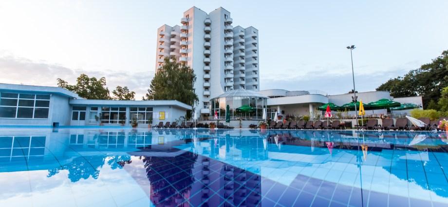 Outside pool baile felix