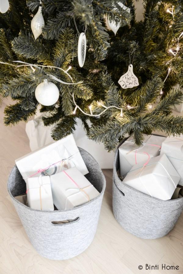 Kerstboom versiert met witte kerstballen en zwart/witte ornamenten van keramiek - via Accessorize your Home