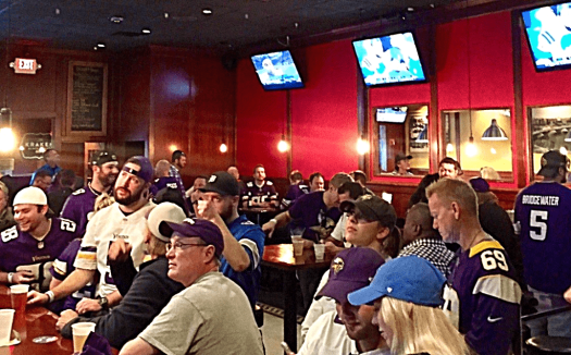 minnesota-vikings-bars-bar-zia-fans-watching-game