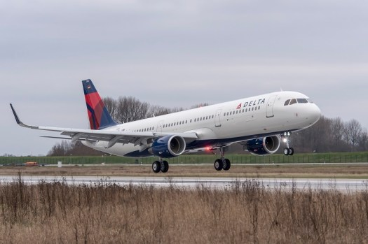Aviation_Delta_Air_Lines_Airbus_A321_Landing