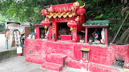 hong-kong-streetside-taoist-shrine-credit-www.accidentaltravelwriter.net