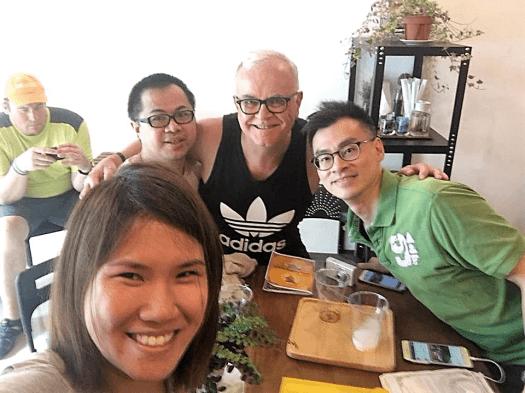 bangkok-waking-tour-contestants-at-coffee-house-in-bangkok-thailand