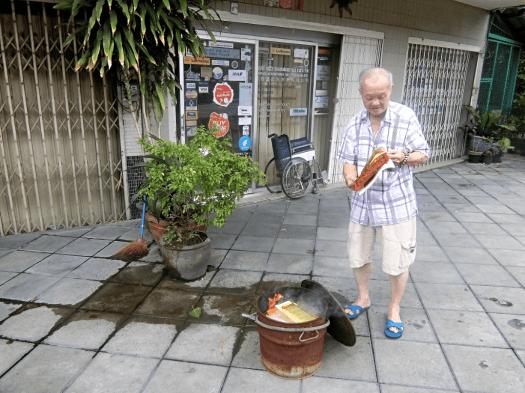 making-paper-offerings-in-bangkok-thailand