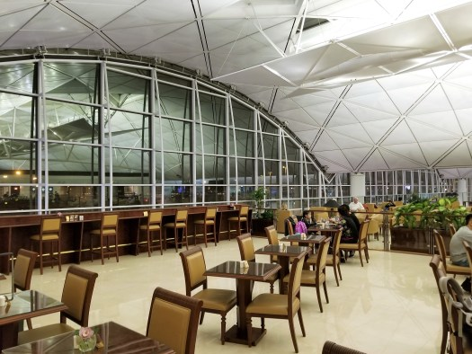 image-of-emirates-airline-hong-kong-airport-business-class-lounge