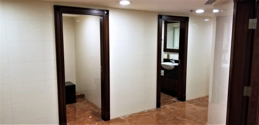 image-of-emirates-airline-hong-kong-airport-business-class-lounge-showers