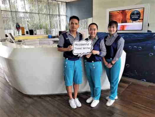 image-of-hotel-baraquda-front-desk-staff