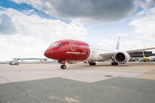 image-of-boeing-dreamliner-at-london-gatwick-airport