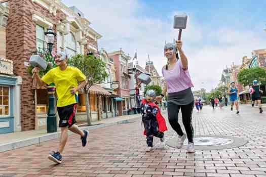 image-of-runners taking-selfies-at-10K-disneyland-marathon