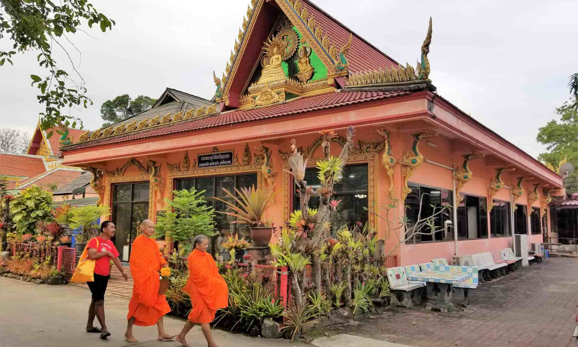 image-of-monks-at-buddhist-temple-in-thailand