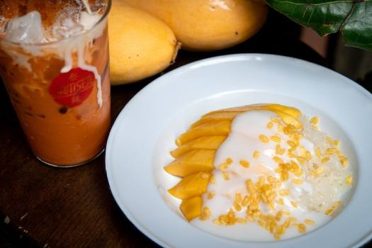 mango-sticky-rice-with-Thai-milk-tea