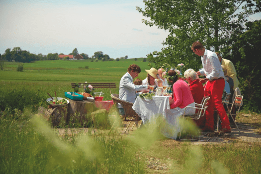 family-picnit-on-Midsummers-even-in-sweden