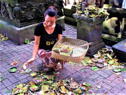 balinese-woman-making-galungan-offerings