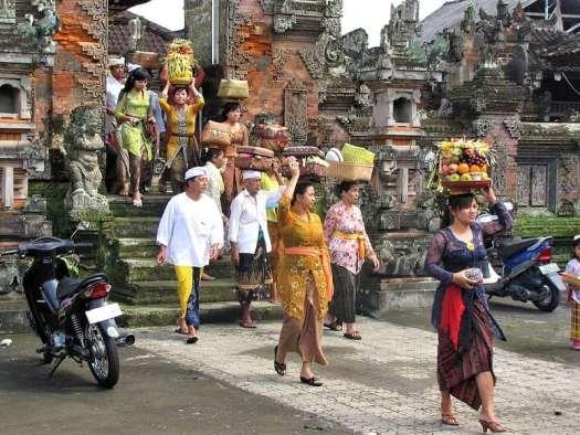 balinese-devotees-leaving-temple-following-festival