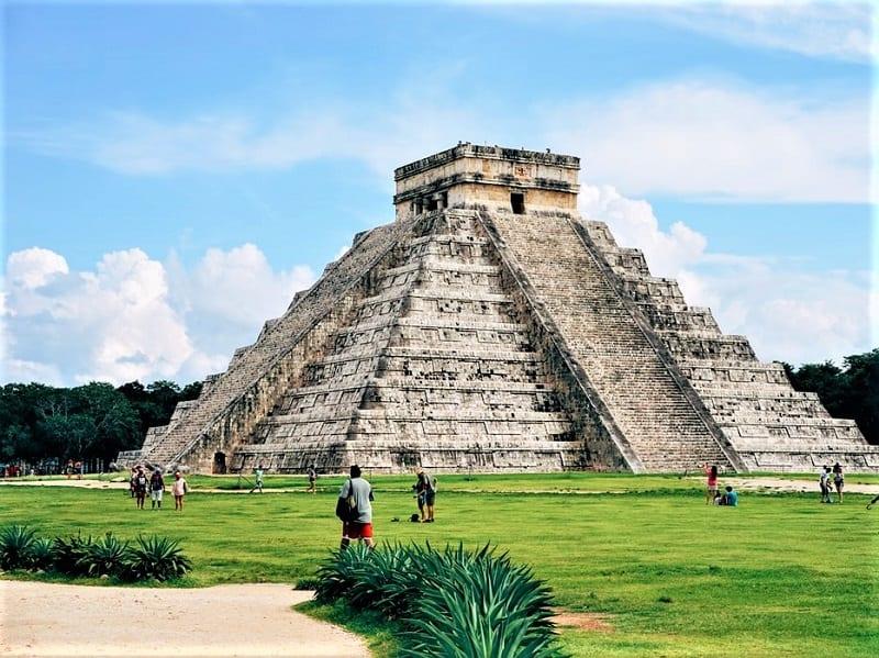 chichen-itza-pyramid-in-yucatan-mexico