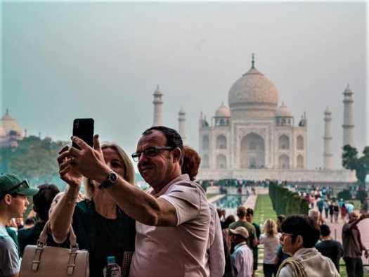 tourists-taking-sefies-attaj-mahal-in-india