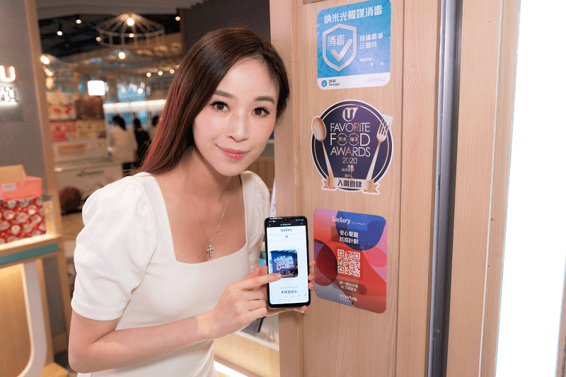 anina-ho-demonstrating-Hong-Kong-restaurant-hygiene-app