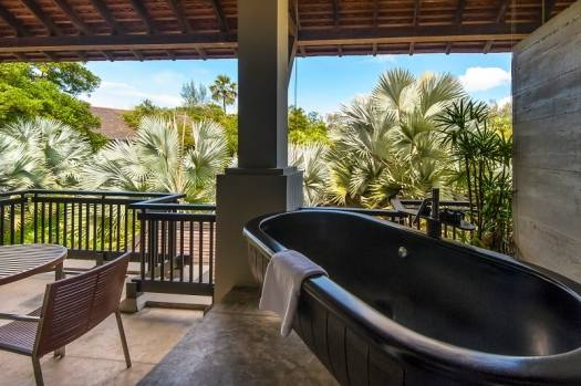 outdoor-bathtub-on-balcony