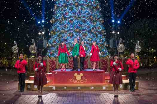 Hong-Kong-Disneyland-Christmas tree-lighting-ceremony