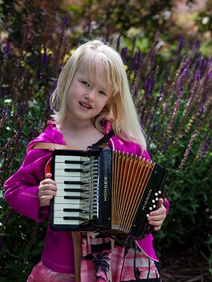 A los cinco años Ivy le encanta tocar acordeón.