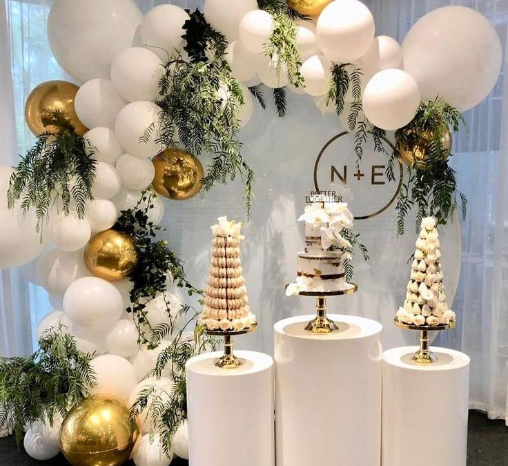 Sur Pinterest For the love of white! We loved styling this elegant white balloon