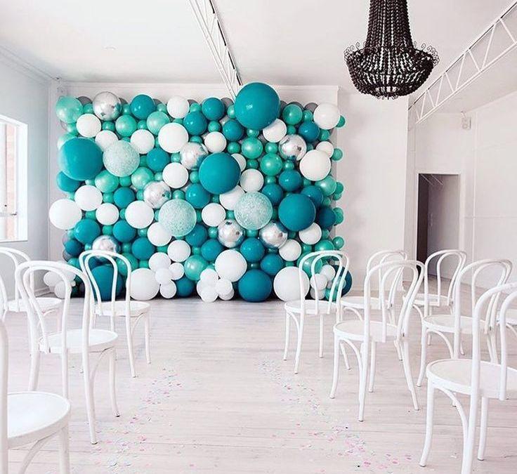 Sur Pinterest Aqua/blue/white balloon backdrop // Décor de ballons bleus, turquoise