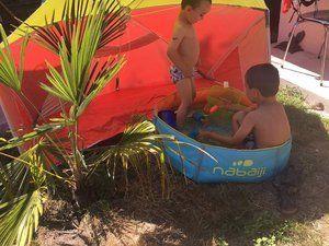 Les tentes Decathlon sur la 1ere photo aux extrémités 2 grands modéles au centre le petit et sur la phto du bas le grand modèle hors plage avec la petite piscine pliable.