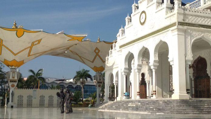 Cegah Corona, Masjid Raya Baiturrahman Disemprot Disinfektan Sebelum Salat Jumat