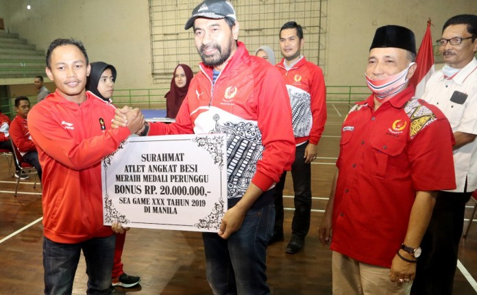 KONI Aceh Serahkan Bonus untuk Atlet Peraih Medali Pra-PON, Porwil dan SEA Games