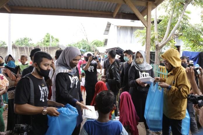 Komunitas KTP Bersama Darwati Bagi-bagi Takjil untuk Anak Pemulung di Gampong Jawa