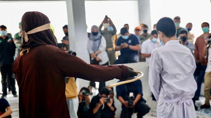 6 Pelanggar Syariat Dicambuk, Termasuk Pasangan Gay Dihukum 77 Kali Cambukan