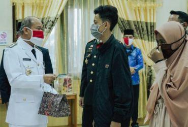 Bupati Mursil Serahkan Khusus KTP El 7 Warga Tamiang Kelahiran 17 Agustus