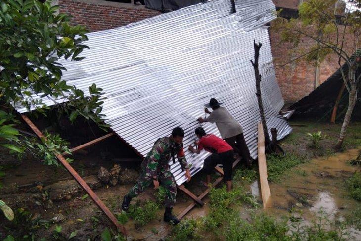 Angin kencang landa Aceh Timur, dua rumah warga roboh