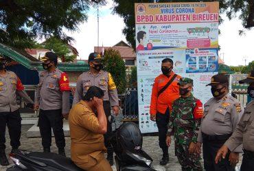 Kapolres Bireuen AKBP Taufik Hidayat SH SIK MSi bersama Wakapolres dan Kabag Ops serta petugas tertibkan warga tidak pakai masker, Senin (14/09/2020) pagi.