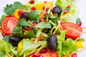 ensalada mediterránea con aceite de oliva