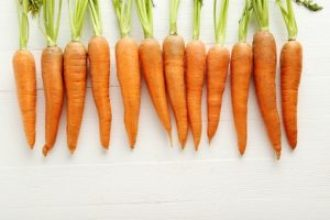 manojo de zanahorias naturales